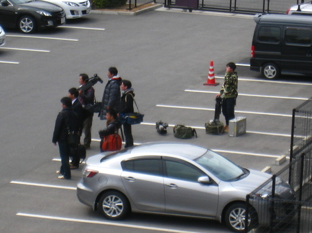 報道陣‐駐車場.JPG