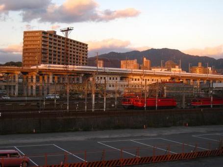 夕日と新幹線.JPG